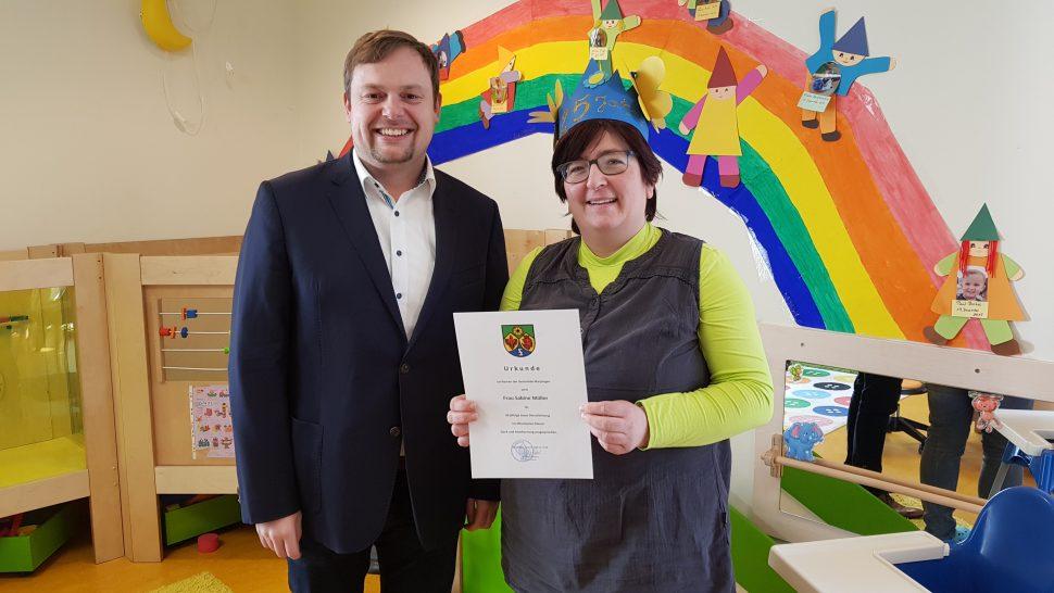 Herzlichen Glückwunsch zum 25-jährigen Dienstjubiläum! Bürgermeister Volker Weber, Sabine Müller