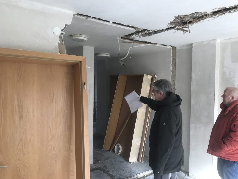 Ortstermin im ehemaligen Pfarrhaus Alsweiler: Ingolf Straß (Leiter des Fachbereichs Gemeindeentwicklung) und Theo Neis (Ortsvorsteher) informieren sich über den Baufortschritt.
