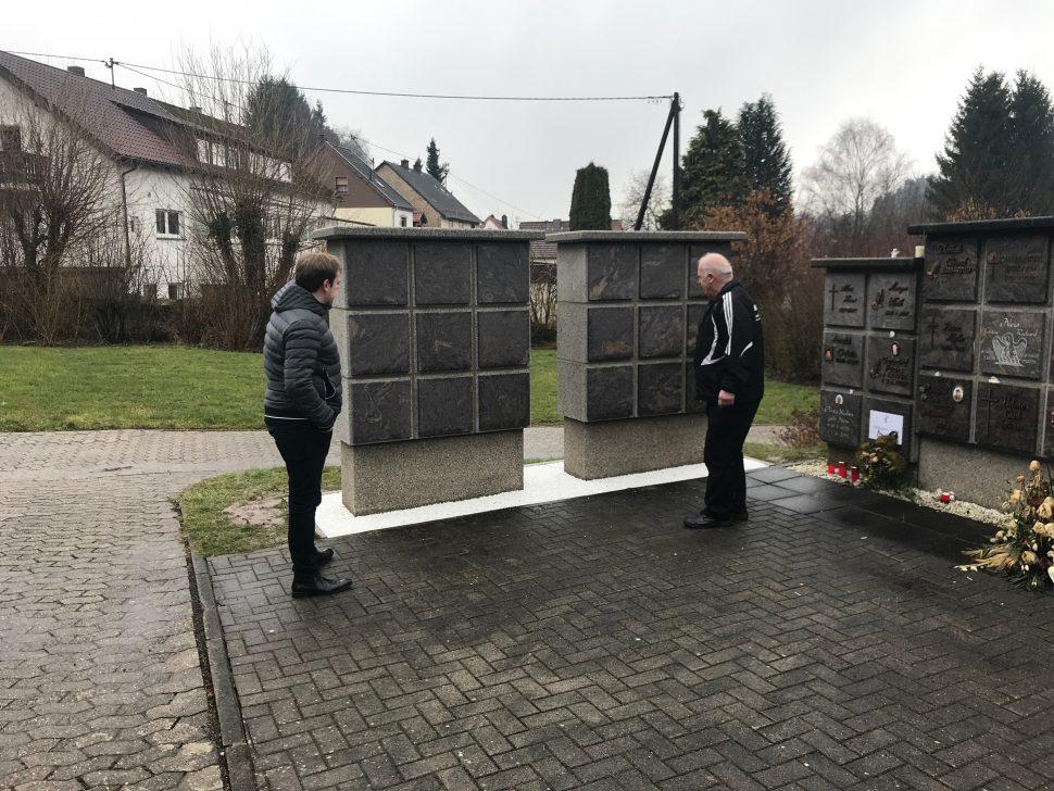 Urnenwand auf dem Friedhof Alsweiler
