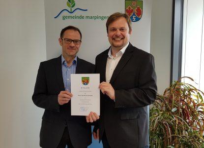Bürgermeister Volker Weber gratuliert Hardy Recktenwald zum 40-jährigen Dienstjubiläum