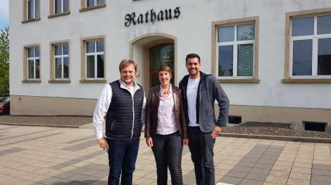 Bürgermeister Volker Weber begüßt die Landtagsabgeordneten Sarah Gillen und Alexander Zeyer im Rathaus Marpingen