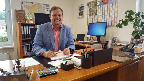 Bürgermeister Volker Weber am Schreibtisch im Büro