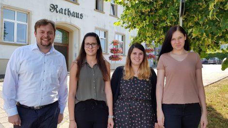 v.l.: Bürgermeister Volker Weber, Samira Dellwo, Aline Markowski, Sandra Strupp