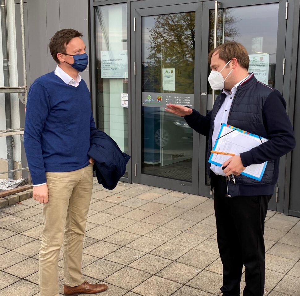 Bürgermeister Volker Weber begrüßt Ministerpräsident Tobias Hans im Rathaus Marpingen