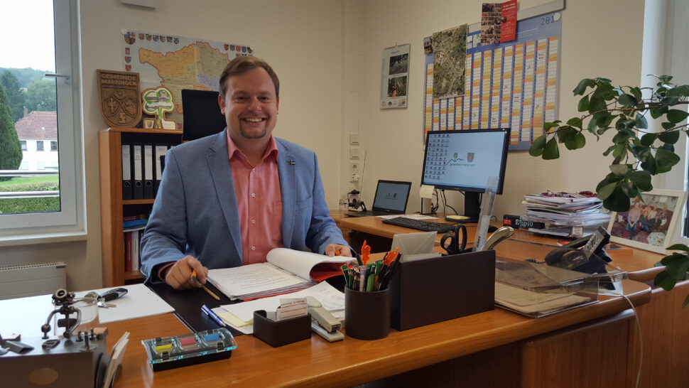 Bürgermeister Volker Weber am Schreibtisch im Rathaus